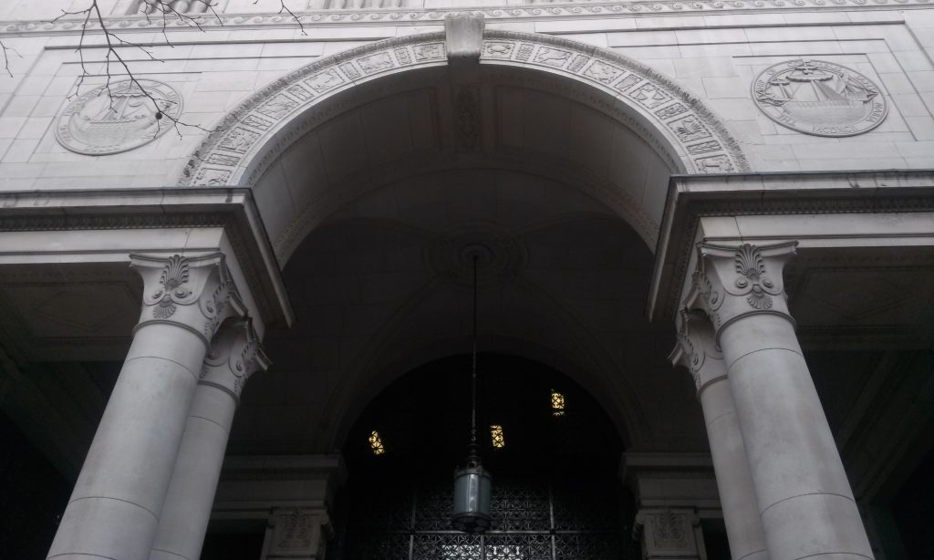 (Ship medallions, South West Wing Entrance, Bush House, Strand, London; Martínez García 2019)