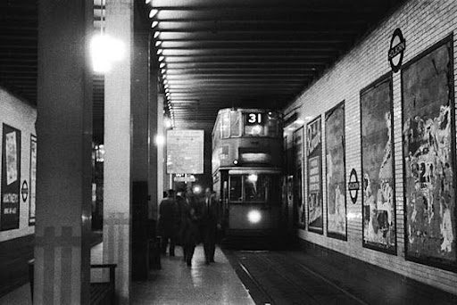A 31 tram stopping in Kingsway Tram Tunnel to board passengers. From Urban75.